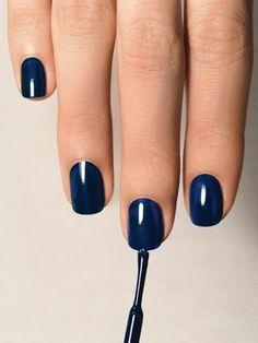 Uñas azul oscuro para el otoño-invierno http://cocktaildemariposas.com/2014/10/08/tendencias-unas-otono-2014/