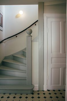 Classic Home Decor Ideas Kanske r billigare att mla trappa? Painted Stairs, Classic Home Decor, House Stairs, Staircase Design, Cottage Style, Interior Design Living Room, Interior And Exterior, Interior Paint, Interior Inspiration