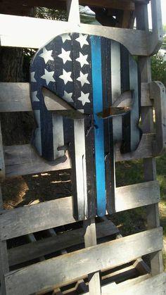 Vit questions Punisher Skull drapeau bleu sur officier de