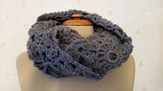 Pattern with pictures: http://www.haaksels.be/winkel/infinity-scarf-with-flowers-english/