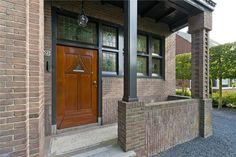 Op een prachtige kavel van 1.154 m² is deze onder architectuur en vrijstaande zeer royale jaren 30 villa met garage en kelder  gesitueerd in een kindvriendelijke woonomgeving. De zonnige, volop privacy biedende diepe onder architectuur van Dick Beij...