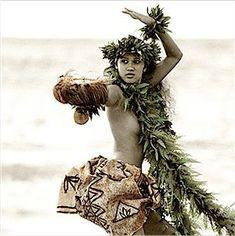 Hula on the beach. Hawaiian Men, Hawaiian Dancers, Polynesian Dance, Polynesian Culture, Tahiti, Pacific Girls, Dance Photography Poses, Tiki Art, Hula Dancers