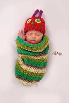 Häkle gleich los, denn der Pucksack und die Mütze im Design einer hungrigen Raupe sehen nicht nur auf Fotos super aus, sondern halten Baby auch angenehm warm.
