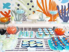 Una mesa muy festiva para una fiesta mar / A festive dessert table for an under-the-sea party