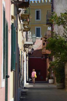 Scorci colorati e tranquilli del paese (fotografia di Pierfrancesco Marsiaj). Ventotene Italy