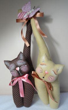 Mini peso de porta gatinhos apaixonados  Tamanho aproximado: 18 cm (largura) x 39 cm (altura) - tamanho considerando os dois gatinhos juntos. R$ 65,00