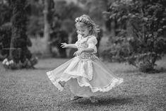 fotos_criança_quiriri_ensaio_família_frida_flores_alemanha_casa típica alemã_cachorro_fotografia_book_joinville_campo_jardim_0024