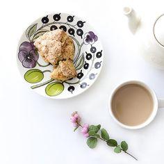 朝の空気がこれまでになく涼しかったので久しぶりにミルクティーをいれましたミルクティースコーンパープルパラティッシはちょっぴり秋色の組み合わせ カップ&ソーサーは当店で販売中です商品ページはプロフィールよりご覧ください  #北欧暮らしの道具店#paratiisi#パラティッシ#ARABIA#あさごはん#朝ごはん#朝食#朝#あさ#朝時間#スコーン by hokuoh_kurashi