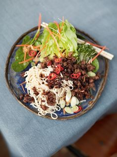 A cracking Asian crispy beef recipe from Jamie Oliver. It's a crispy beef noodle salad with added peanuts, a tasty dressing and loadsa crunchy veggies. Superfood Recipes, Healthy Recipes, Healthy Food, Healthy Dinners, Yummy Recipes, Fondue Recipes, Kabob Recipes, Nutritious Meals, Healthy Nutrition