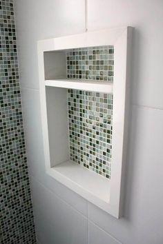 Decoração de banheiro com nicho com pastilhas verdes iguais às usadas na parede Projeto de BL Arquitetura e Interiores