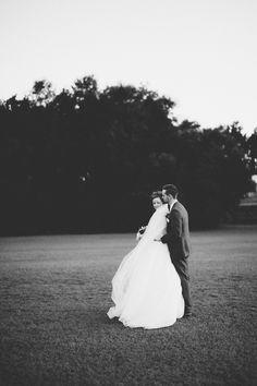 Nydeleg svartkvitt fotografi. Kvit kjole mot mørk bakgrunn = sant!