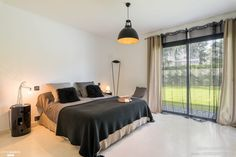 Chambre aux touches de noir réaménagée dans une villa à Saint Etienne par l'architecte d'intérieur Laura Djabourian.