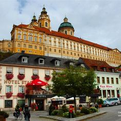 Melk is dominated by a Austrias most magnificent Baroque abbey which overlooks the River Danube. As I arrived there mid-morning it was a great place to stop for some Kaffe und Kuchen. In my case it was apfelstrudel lashings of cream and a coffee.