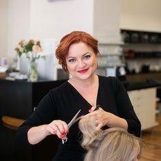 Julia ist fast seit Anbeginn mit dabei, denn seit über 15 Jahren führt sie gemeinsam mit ihrer Mutter Christa den Salon.   Sie erfreut sich großer Beliebtheit bei ihren Stammkunden, denn der Mix aus Empathie und Professionalität macht sie zur Stylistin des Vertrauens.   An Tagen an denen sie keine Pixie Cuts schneidet oder aufregende Farbtechniken kreiert, kümmert sie sich hinter den Kulissen darum, dass alles rund läuft und managed das Unternehmen erfolgreich.  Foto: www.kacy.at… Pixie Cut, Make Up, Professional Haircut, Pixie Buzz Cut, Pixie Haircut, Makeup, Beauty Makeup, Bronzer Makeup
