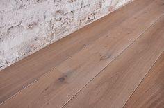 Interior design recupero parquet a tre strati con essenza in legno di rovere. le tavole di questa pavimentazione in legno hanno varie dimensioni e sono state bisellate. la finitura è ottenuta con un trattamento a SESTINI E CORTI