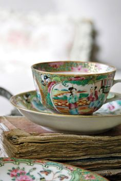 Vintage Tea Cup Chinoiserie ~ Mary Wald's Place - Add hand-me-downs into your home interiors. Shabby Vintage, Vintage Tea, Asian Tea, Victoria Magazine, Tea For One, Ivy House, French Interior, Kintsugi, Vintage Holiday