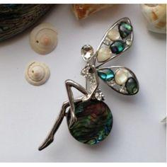 Elfje broche abalone schelp Het Elfje Elfjes zijn goede raadgevers en helpen je om een goede beslissing te nemen. Ze staan bekend om hun eerlijkheid en trouw. Elfjes schenken geluk aan mensen die het verdienen.