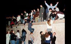 Cidadãos da Alemanha Oriental escalam o muro de Berlim no Portão de Brandemburgo após a abertura da fronteira da Alemanha Oriental ser anunciada em Berlim. Foto de arquivo tirada em 9 de novembro de 1989