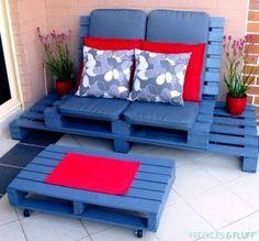 ideas Para este lounge chillout puedes utilizar pallets y así lograr un lugar cómodo y relajado. Pinta las piezas de un color oscuro, como el azul, para lograr un llamativo contraste con los almohadones, por ejemplo usando un rojo intenso.