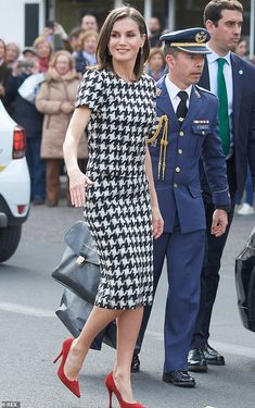 Queen Letizia of Spain steps out in chic black and white number Queen Letizia of Spain looked chic in a houndstooth number and vibrant red heels as she stepped out for an awards ceremony in Andalusia today, pictured Red Heels Outfit, Heels Outfits, Mode Outfits, Classy Outfits, Office Outfits, Eugenie Of York, Monochrome Outfit, Houndstooth Dress, Queen Letizia