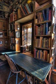 Biblioteca e mesa de estudos