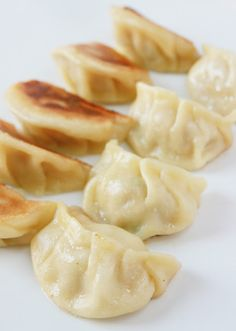 Bernard& Cuisine: Jiaozis (or Pekin Ravioli) with Pork and Onions Healthy Breakfast Recipes, Vegetarian Recipes, Snack Recipes, Cooking Recipes, Wan Tan, Good Food, Yummy Food, Salty Foods, Asian Cooking