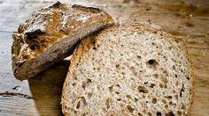 Å lage surdeig er ikke gjort på et blunk, men til gjengjeld får du et nydelig brød med lang holdbarhet. Brødekspert Øyvind Lofthus (47) gir deg de beste tipsene for deilig surdeigsbrød.