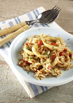 Calamari pasta perfumes ouzo - Καλαμαράκια γιουβέτσι σε αρώματα ούζου! Greek Recipes, Fish Recipes, Seafood Recipes, Vegetarian Recipes, Tasty Dishes, Food Dishes, Greek Meze, Greek Cooking, Appetisers