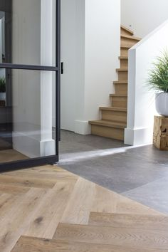 Houten trap renoveren - Decoration For Home Planchers En Chevrons, Interior Architecture, Interior And Exterior, Entryway Flooring, House Stairs, Staircase Design, Floor Design, Home Living Room, Home Fashion