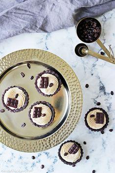 Na vidličku: Tartaletky s kávovo-karamelovým krémem Peta, Plates, Tableware, Licence Plates, Dishes, Dinnerware, Griddles, Tablewares, Dish