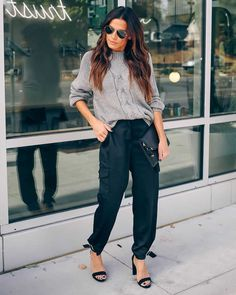 Yes, cargo pants are back in fashion, so I am happy to share with you ideas how to wear them on the streets. See my favorite looks with cargo pants. Plus Size Cargo Pants, Denim Cargo Pants, Cargo Pants Outfit, Skinny Cargo Pants, Green Cargo Pants, Joggers Outfit, Cargo Pants Women, Black Pants, Pants For Women