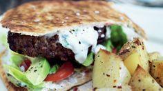 Burger på naanbrød med mynteyoghurt   Femina