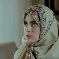 mashallah her look Pakistani Girl, Pakistani Actress, Pakistani Dresses, Pakistani Dramas, Beautiful Hijab Girl, Beautiful Muslim Women, Beautiful Ladies, Beautiful Birds, Arab Girls