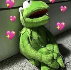 Memes apaixonados sapo 57 New Ideas Frog Wallpaper, Emoji Wallpaper, Aesthetic Iphone Wallpaper, Kid Memes, Cartoon Memes, Sapo Meme, Memes Lindos, Apple Watch Wallpaper, Heart Meme