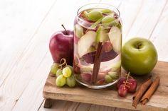 Dass der Vitamin-Drink kein reines Sommergetränk ist, beweist die folgende Mischung: Der Mix aus Apfel und Zimt macht den Cocktail auch bei kälteren Temperaturen zu einer echten Alternative zu schnödem Wasser.
