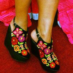 Zapatos bordados hechos en Juchitan, edo. De Oaxaca, Mexico