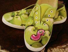 No hace mucho les presenté la idea de decorar las zapatillas de los más pequeños de la casa con dibujos y pinturas. Pues bien, como todos tenemos derecho a lucir unas zapatillas especiales, hoy les presento esta fantástica y sencilla idea.¿Qué te parecería tener unas zapatillas únicas y personalizadas especialm