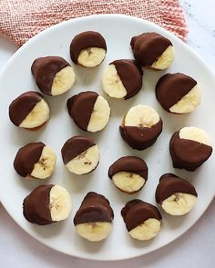 These frozen chocolate covered peanut butter banana bites are the perfect healthy warm weather treat. Keep a batch in the freezer for easy snacking and enjoy two bites for less than 100 calories! Healthy Sweets, Healthy Dessert Recipes, Baking Recipes, Snack Recipes, Recipes Dinner, Healthy Snacks, Healthy Birthday Snacks, Kids Birthday Snacks, Easy Recipes