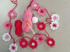 Gehaakte bloemenslinger Made by Lili@n (Patroon via www.sillyoldsuitcase.blogspot.nl)