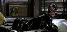 """A gatuna favorita da DC Comics já teve várias versões diferentes nos quadrinhos, assim como também já teve algumas adaptações para o cinema, como Anne Hathaway em Batman: O Cavaleiro das Trevas Ressurge, Halle Berry no não tão aclamado filme solo da personagem, mas nenhuma tão icônica quantoMichelle Pfeiffer no filme """"Batman: O Retorno"""" de …"""