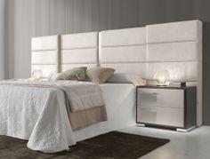 Chambre avec tête de lit large garnie en tissus et  2 chevets à 2 tiroirs. Mod. VOLGA 2