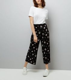Bring elegant florals to your casual wardrobe this season. Pair these pleated culottes with a white tee and trainers for a casual look.- Pleated texture- All over floral print- Elasticated waist- Over bump design- Wide leg- Cropped length- Culottes length (as shown): 33.5