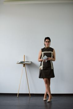Welche Business Mode gehört in jeden Kleiderschrank? Elegantes braunes Kleid: Schnittmuster zum kostenlosen Download in #sisterMAG17. Outfit @evi
