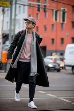 moda masculina: cachecol, boné e tênis branco