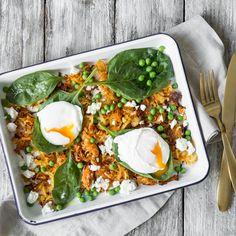 Ein vegetarisches Restessen, dass dich überraschen wird! Möhren-Kartoffel-Rösti trifft pochiertes Ei, Erbsen, Spinat, Feta und ein saures Dressing.
