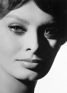 Close-up of Sophia Loren, photo by Sam Lévin, 1965