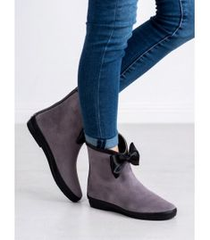 Beautiful, gray suede wellies from the footwear manufacturer Kylie is a product that certainly stands out from the crowd. The shoes are made of ecological suede leather. Ladies Wellies, Bow Season, Types Of Heels, Bow Heels, Suede Leather, Kylie, Chelsea Boots, Footwear, Bows
