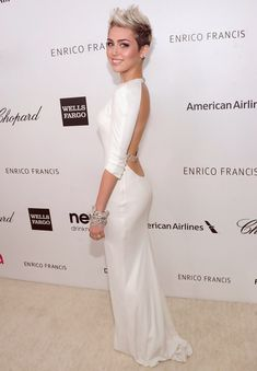 Miley Cyrus lookin like a young lady! She looks gorgeous! Stay with this look Miley, much better! :) she look really pretty. Don't like the color of dress. But love this pic of Miley Celebrity Red Carpet, Celebrity Dresses, Celebrity Style, Celebrity Gossip, Corte Y Color, Glamour, Looks Chic, Red Carpet Looks, Mode Inspiration
