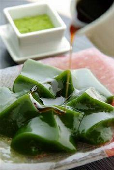 Matcha Warabi Mochi, Japanese Green Tea Jelly from Uji, Kyoto. Japanese Sweets, Japanese Food, Japanese Matcha, Cute Food, Yummy Food, Matcha Dessert, Green Tea Recipes, Asian Desserts, Greens Recipe