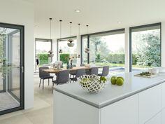 Innenraum mit Atrium offener Küche Esstisch und Wohnzimmer - Einrichtungsideen Haus Concept-M 210 Bien Zenker - HausbauDirekt.de